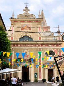 Piazza la Pietra con bandierine decorative