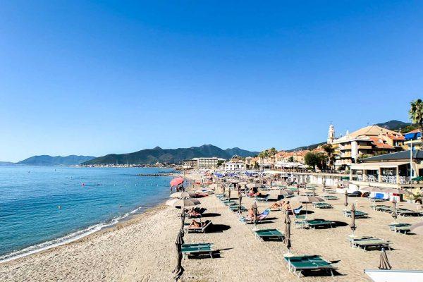 Spiaggia con lettini nel centro di Pietra Ligure
